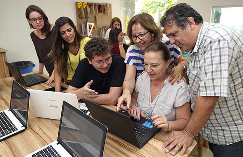 Pais participam de reunião no colégio Elvira Brandão, em São Paulo, para discutir o currículo